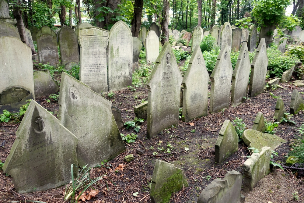 Identical graves all lined up....between 1854 and 1929, Tower Hamlets Cemetery was used as the burial ground for the Brothers of The Charterhouse (Monastery turned almshouse) in Smithfield